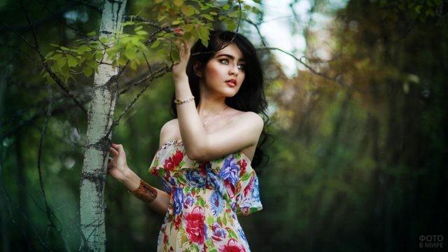 Девушка в летнем платье у берёзы
