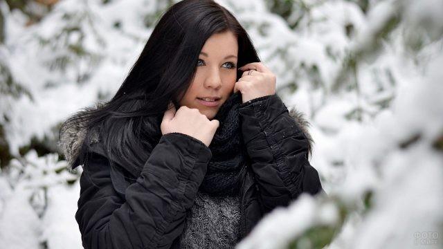 Девушка в тёплой куртке зимой