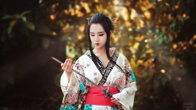Японка в кимоно с катаной