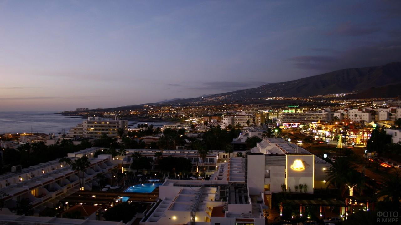 Ночной город на острове Тенерифе