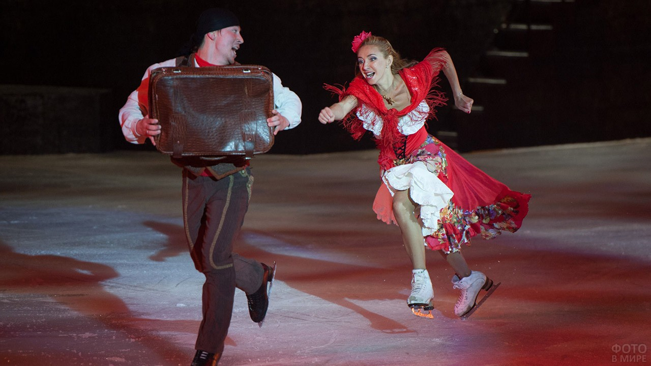 Артисты в сцене мюзикла на льду Кармен