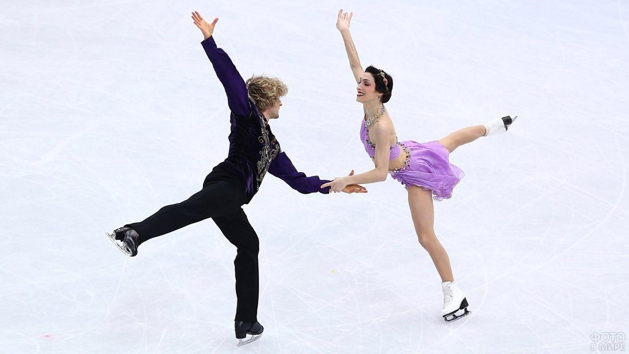 Спортсмены танцуют на льду