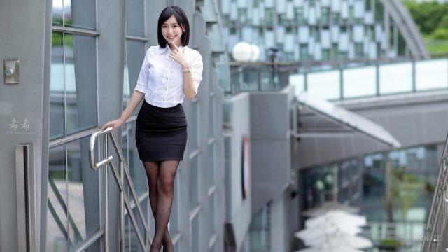 Азиатка в белой блузке и мини юбке