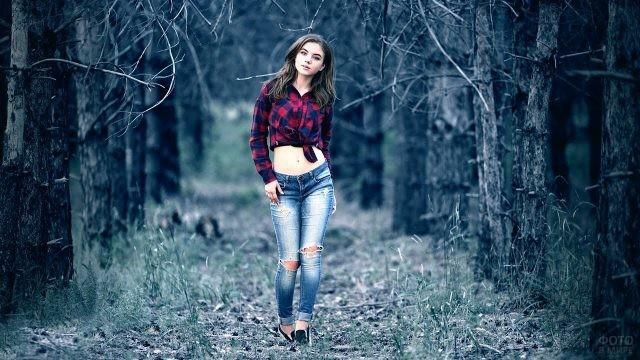 Девушка идёт по лесу