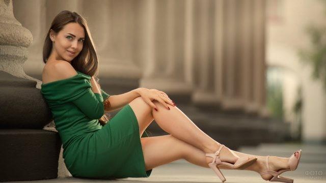 Девушка на каблуках в зелёном платье