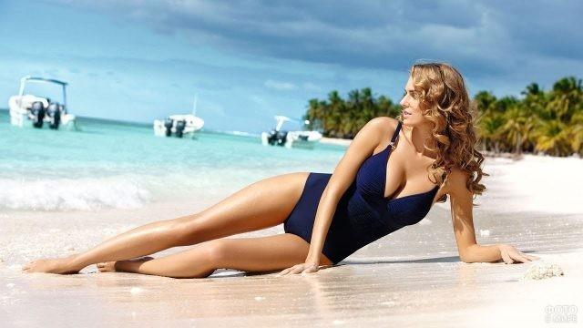 Девушка на море в закрытом купальнике
