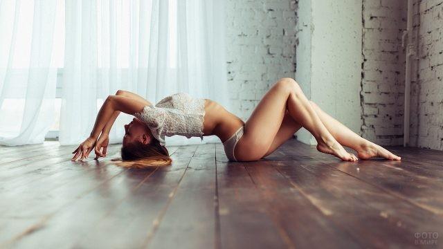 Девушка с выгнутой спиной