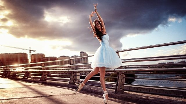 Девушка танцует на мосту