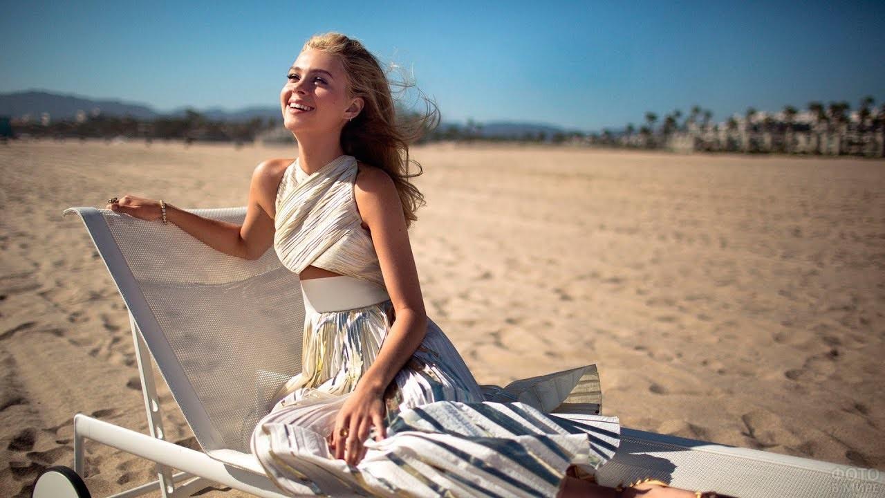 Девушка в платье под солнцем