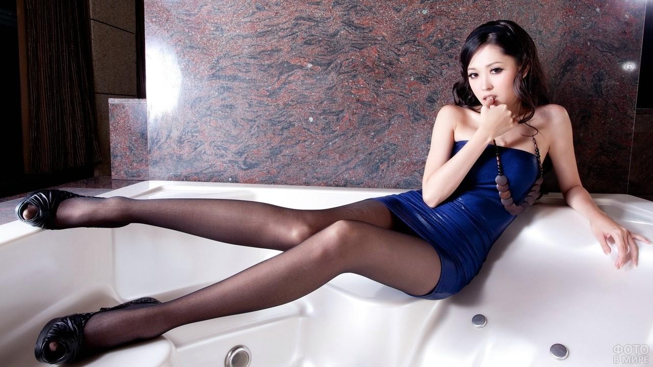 Китаянка в мини платье и колготках
