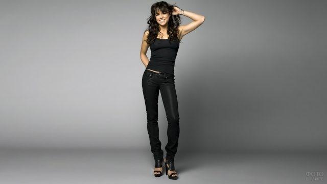 Мишель Родригес в чёрной одежде