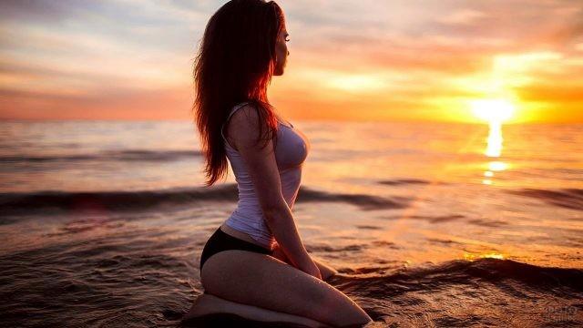 Стройная девушка сидит в воде