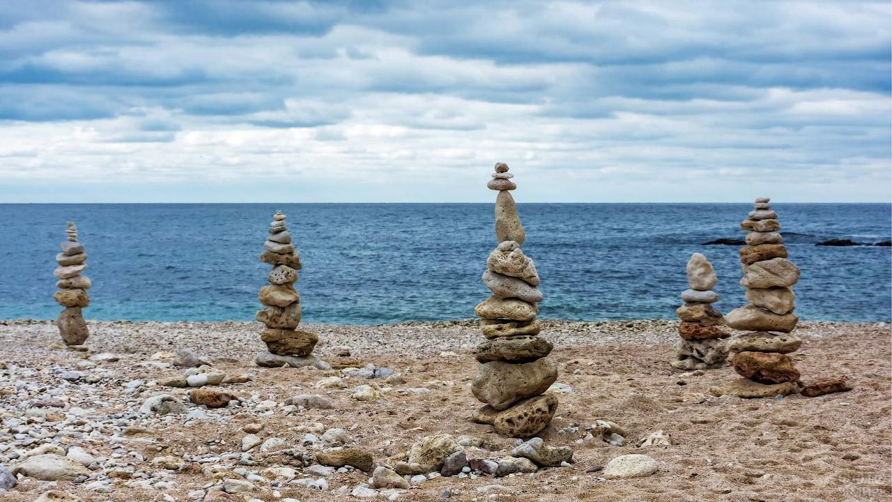 Цивилизованная часть пляжа с каменными пирамидами