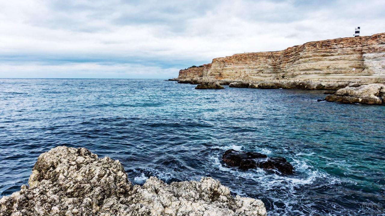 Голубая бухта в окружении скал