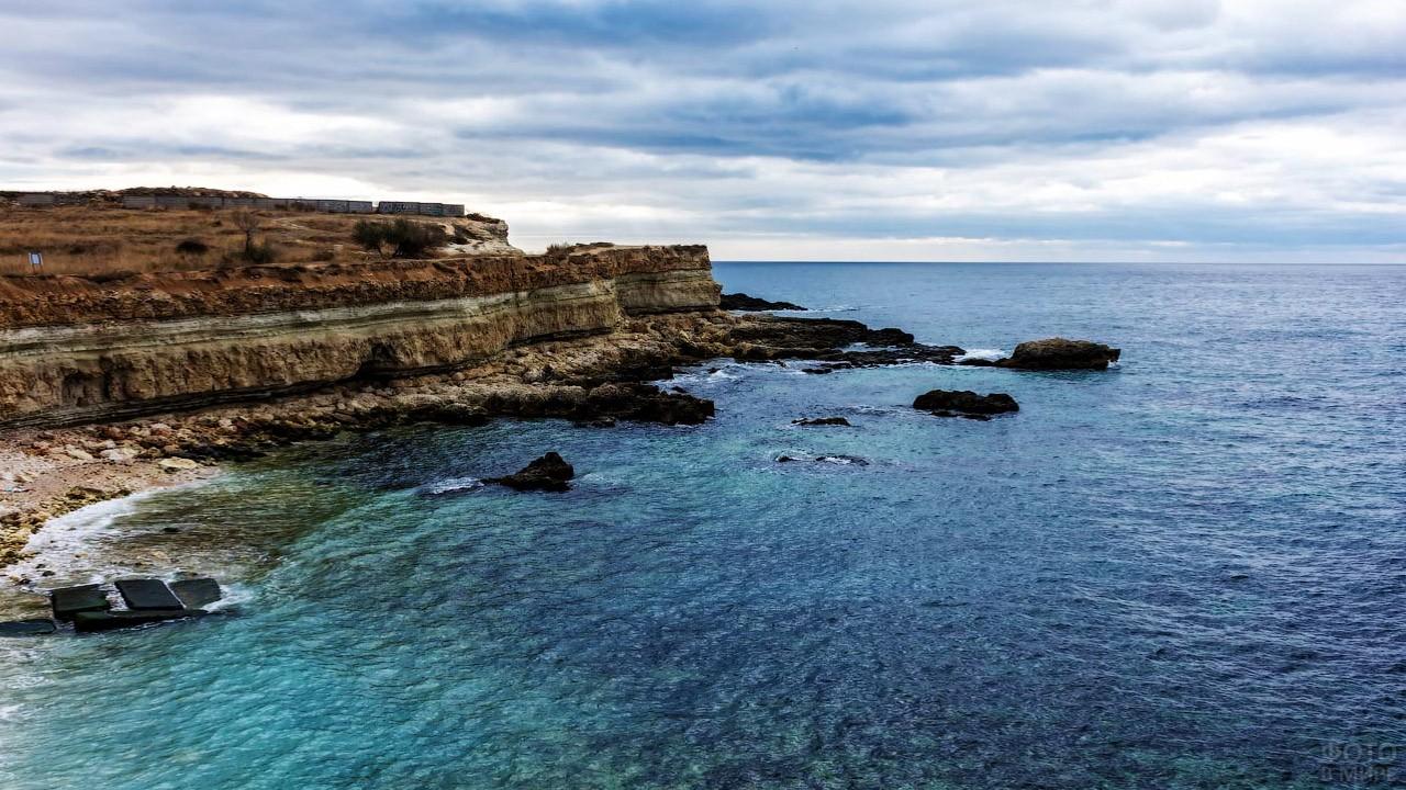 Морской пейзаж с выходящей в море скалой