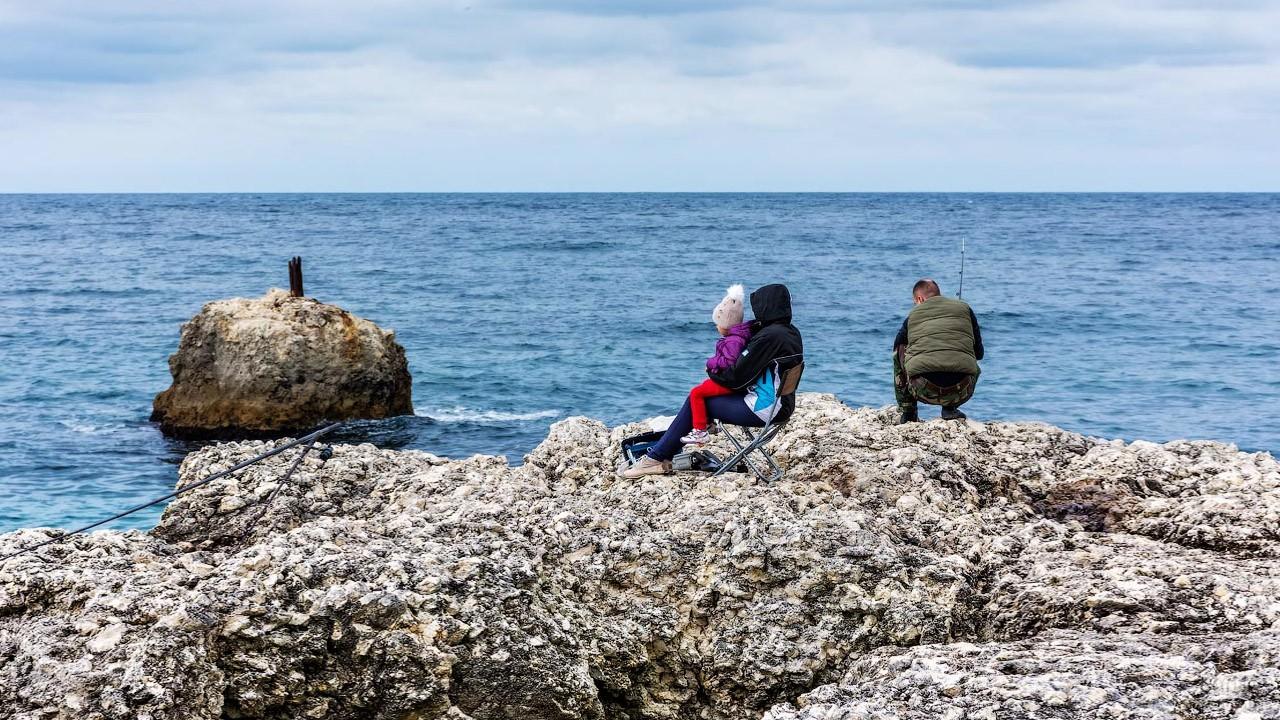 Семья рыбаков на осеннем пляже