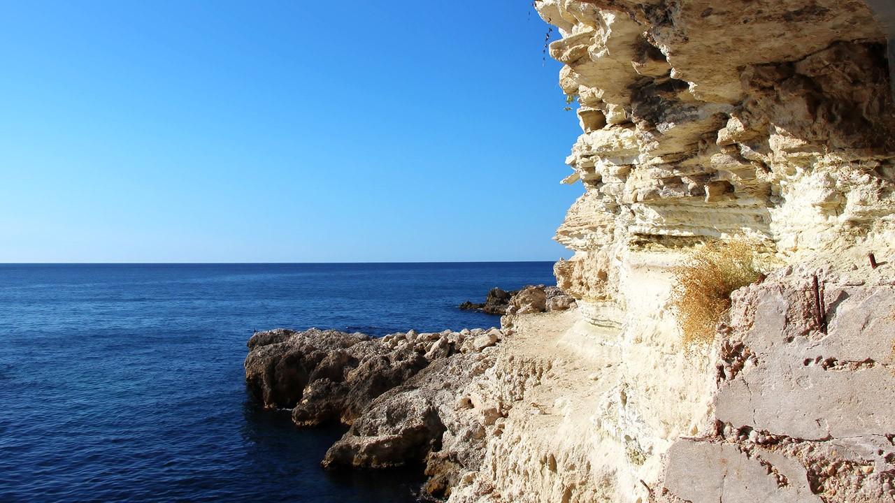 Скалы над диким пляжем