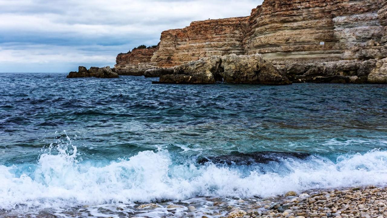 Скалы в правой части бухты