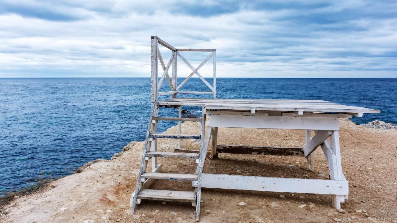 Вышка спасателей на холме у моря