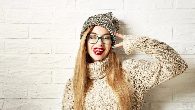 Девушка хипстер в шапке