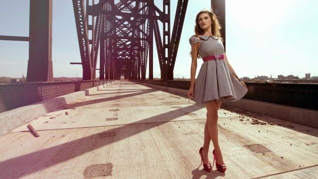 Девушка на мосту в красных туфлях
