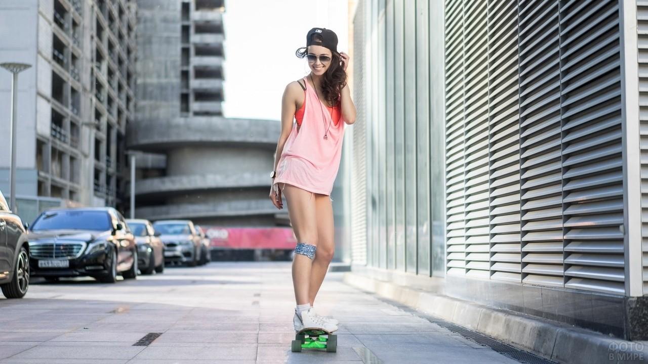Девушка на скейтборде в городе