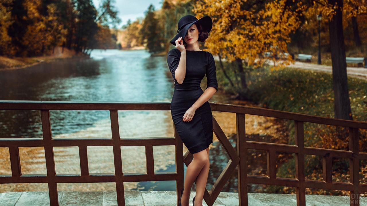Девушка в чёрном платье и шляпе