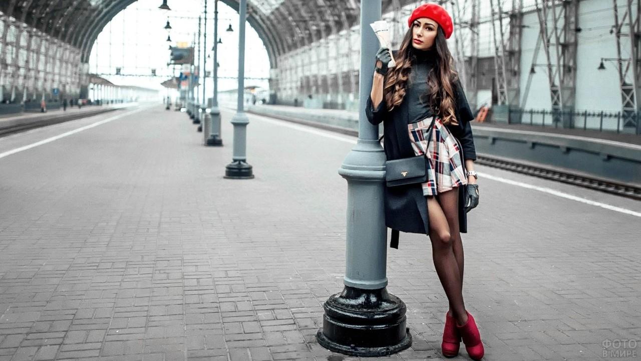 Девушка в красном берете на вокзале
