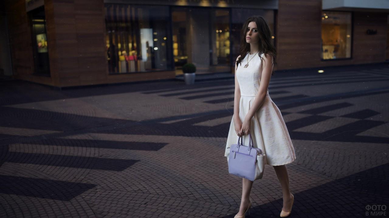 Юлия Пушман в белом платье