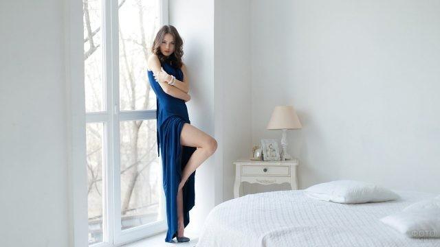 Модель в синем длинном платье
