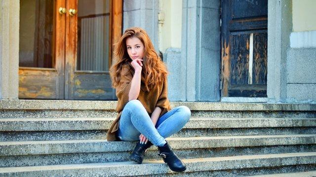 Рыжая девушка в джинсах