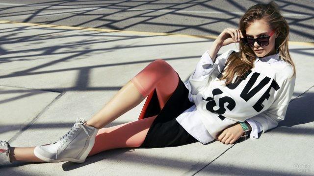 Спортивная модная девушка