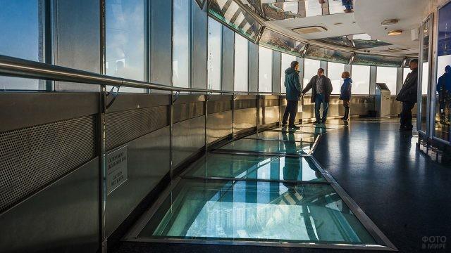 Прозрачный стеклянный пол на смотровой площадке
