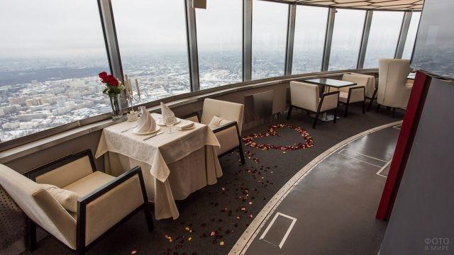 Сердечко из лепестков роз на полу ресторана