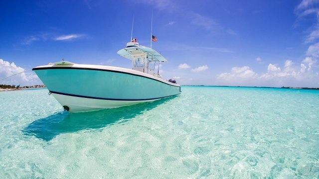 Белая яхта на мелководье