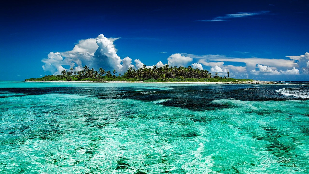 Изумрудный остров среди бирюзовых волн