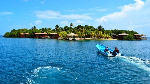 Моторная лодка у берега острова Роатан