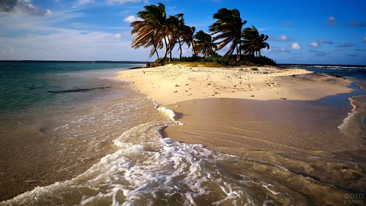 Прибой на пляже необитаемого острова