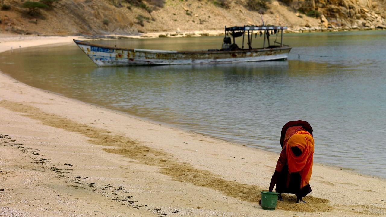Местная жительница Эритреи собирает моллюсков
