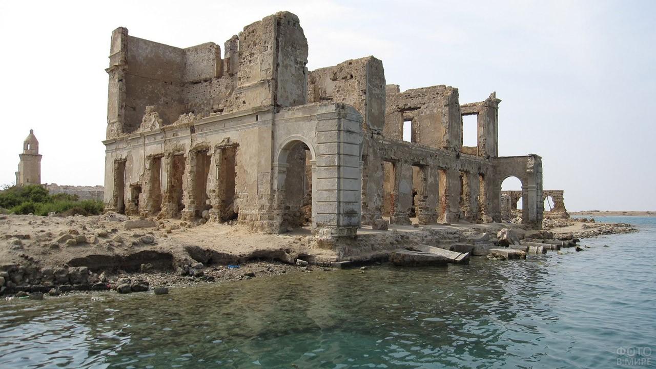 Руины на острове Суакин в Судане