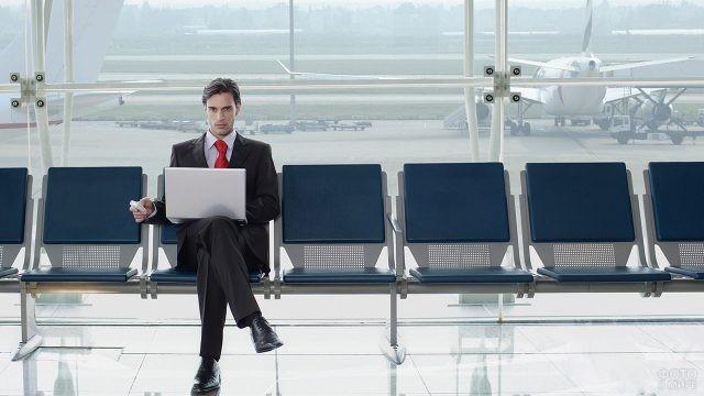 Бизнесмен в зале ожидания