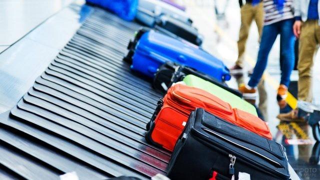 Чемоданы на ленте получения багажа