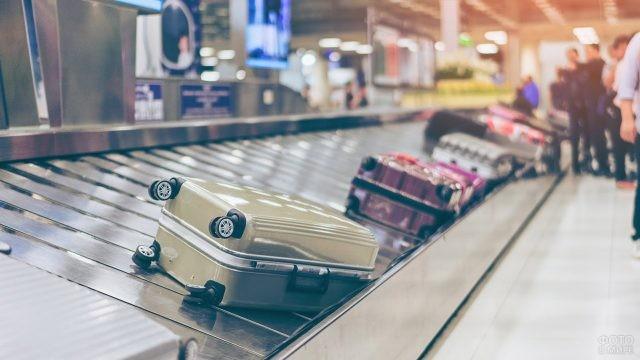 Разноцветные чемоданы на ленте