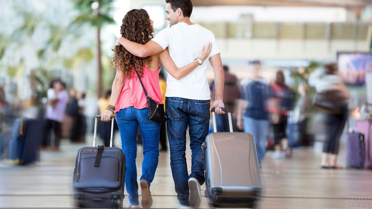 Романтичная парочка с чемоданами