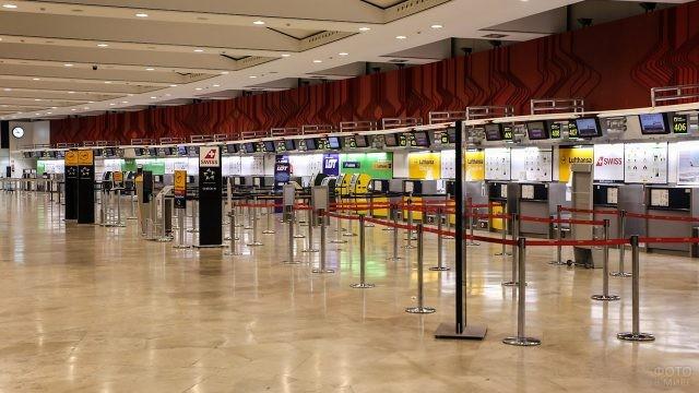 Стойки регистрации в международном аэропорту