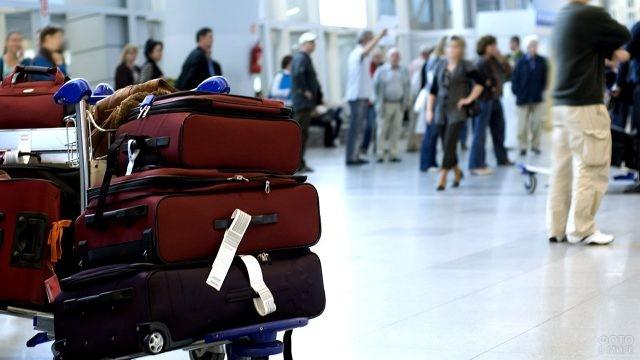 Стопка чемоданов в зале регистрации