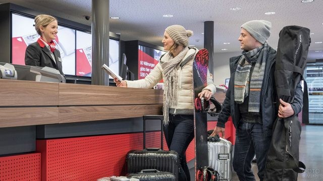 Туристы сдают багаж