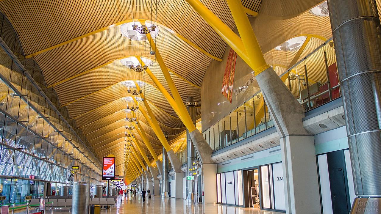 В чистой зоне аэропорта Барахас в Мадриде