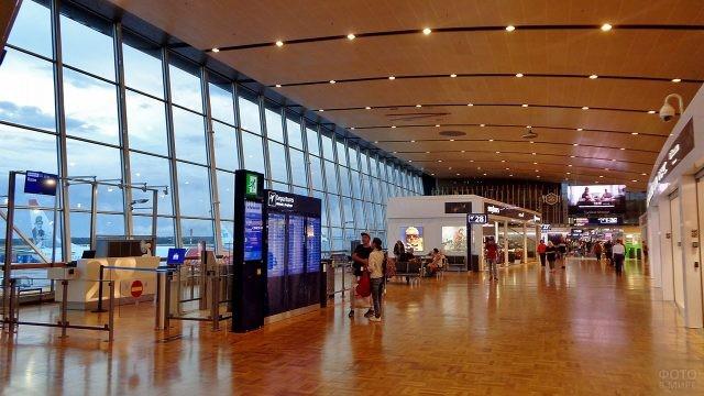 В чистой зоне терминала 2 аэропорта Вантаа в Хельсинки