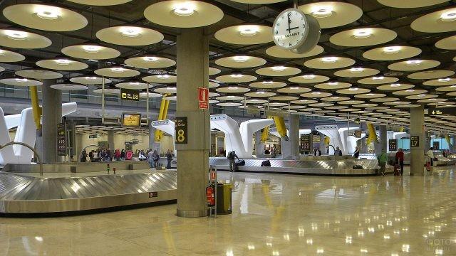 Зал выдачи багажа в аэропорту Мадрида